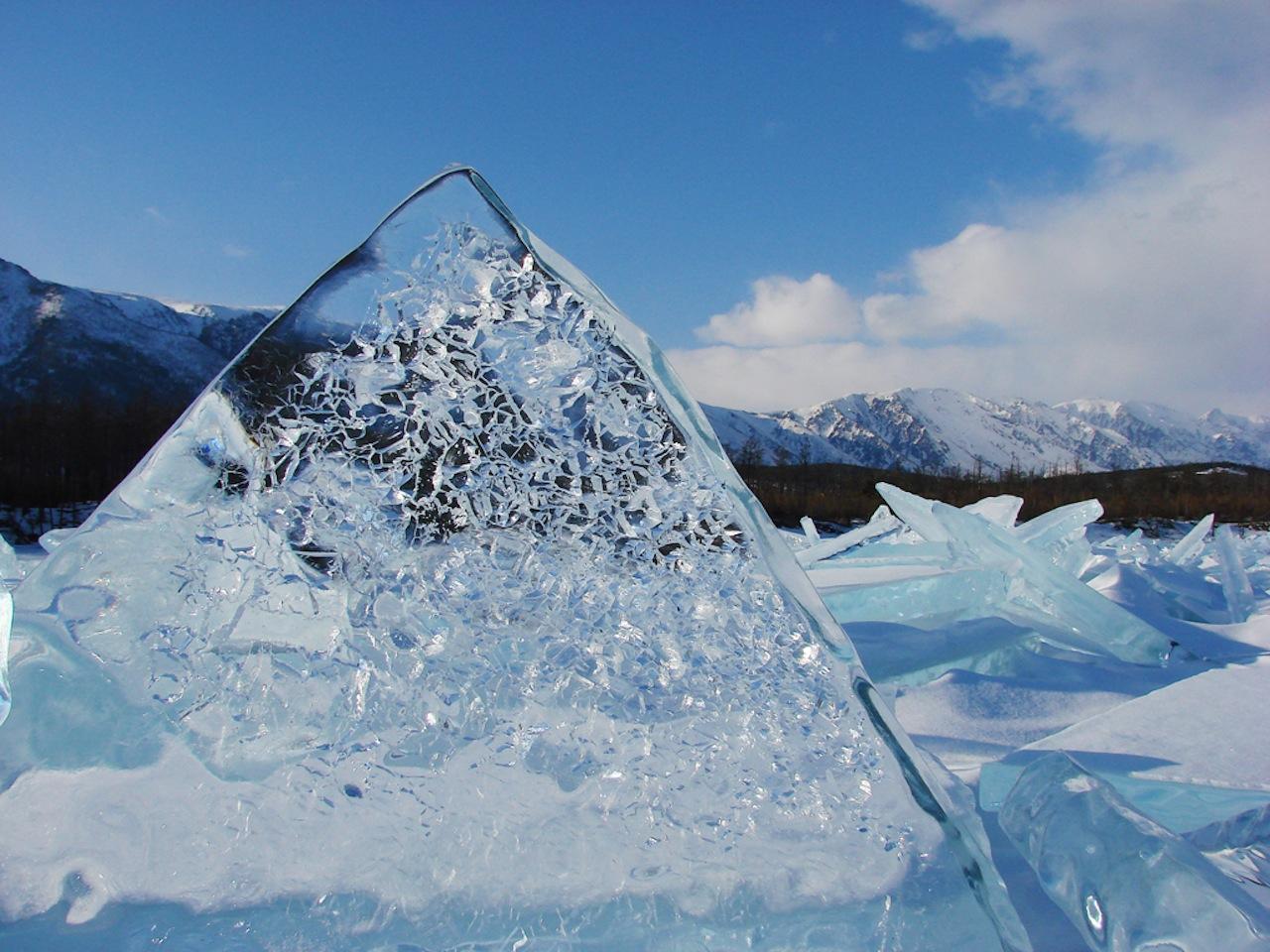 Прозрачный лед из байкальской воды