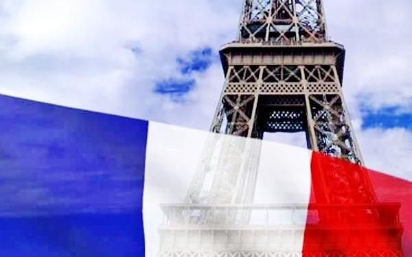 Флаг Франции на фоне Эйфелевой башни