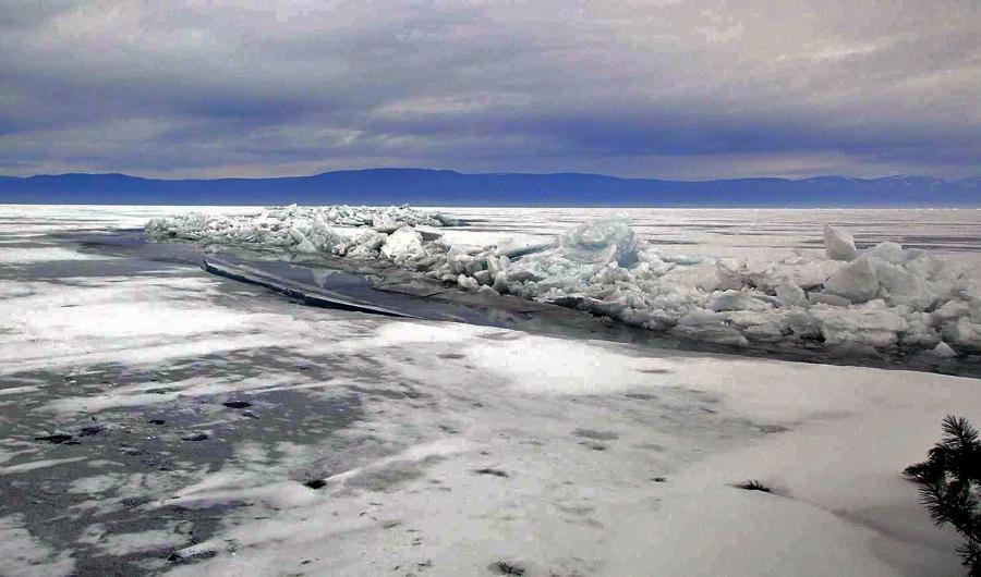 Незамерзающая трещина на Байкале