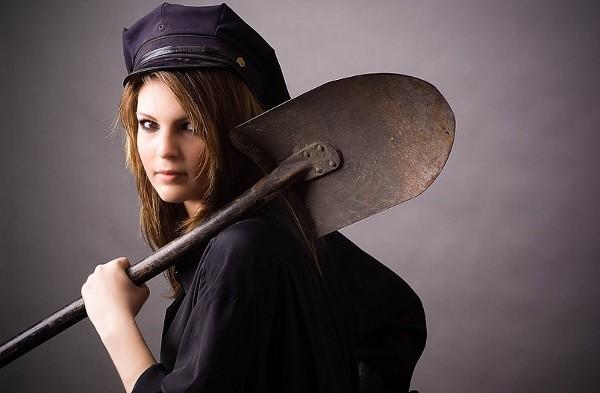 Девушка с лопатой