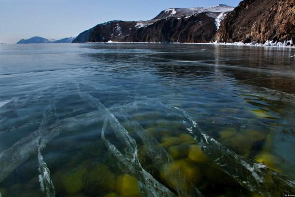 Прозрачный лед озера Байкал